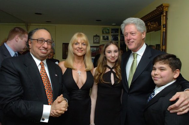 Catsimatidis family with Bill Clinton / The Greek Reporter, Dimitrios Panagos