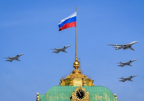 A Russian Tupolev Tu-160 supersonic strategic bomber and Tupolev Tu-22M3 Backfire strategic bombers fly above the Kremlin